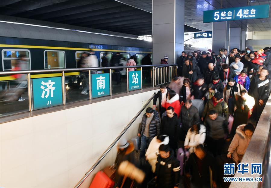 1月17日,到达济南火车站的旅客出站。