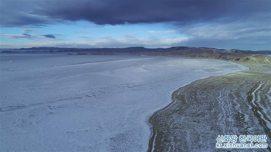 얼음 호수로 변한 겨울의 나무춰가 설산의 품 안에 살포시 안겨 엄동설한을 함께 보내고 있다. [촬영/신화사 기자 줴궈(覺果)]<br/>