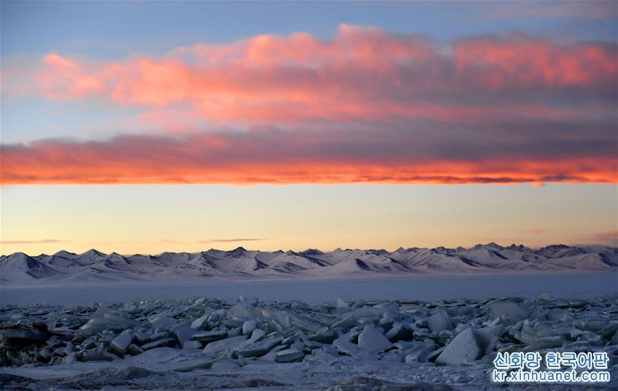 아침 노을이 물든 가운데 얼음으로 뒤덮인 나무춰(納木錯&amp;middot;남초호)가 장관을 이루고 있다. (1월17일 촬영) 얼음 호수로 변한 겨울의 나무춰가 설산의 품 안에 살포시 안겨 엄동설한을 함께 보내고 있다. [촬영/신화사 기자 줴궈(覺果)]<br/>