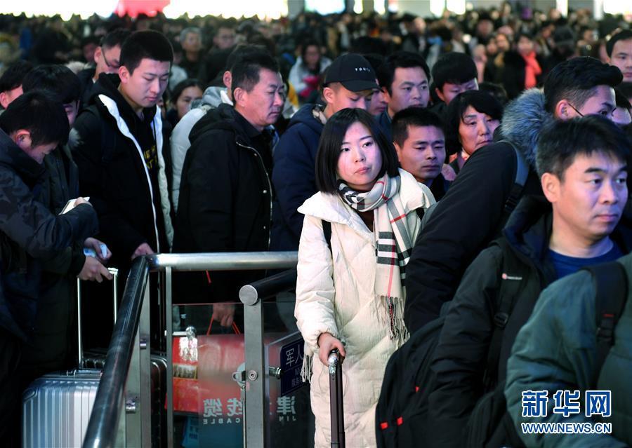 据悉,今年春运期间济南火车站预计发送旅客260万人,同比增长9.1%。<br/>