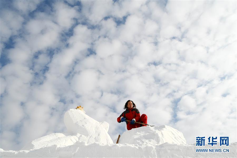 <br/>   1月22日,在蓝天白云之下,参赛队员进行雪雕创作。