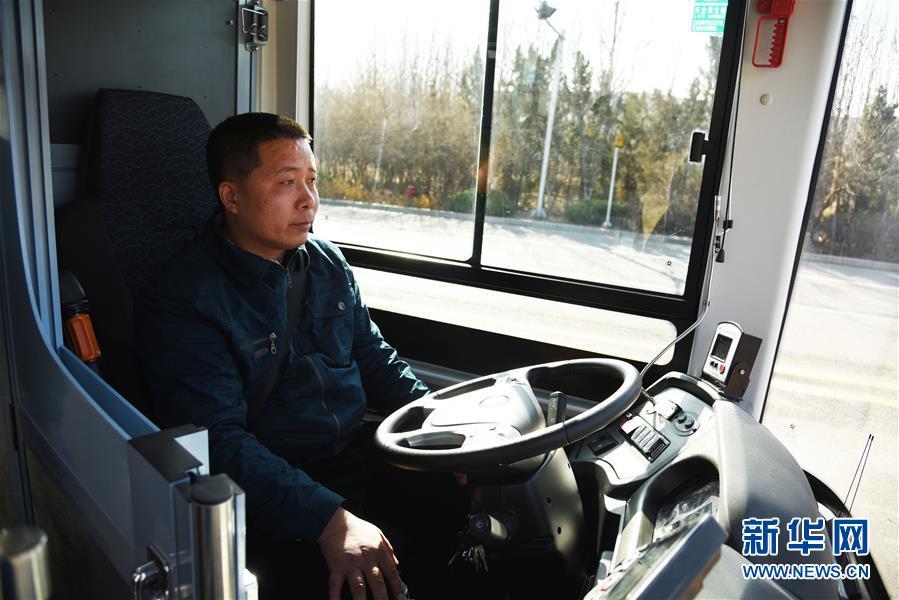 1月22日,测试人员在驾驶位查看行驶中的无人驾驶汽车。<br/>