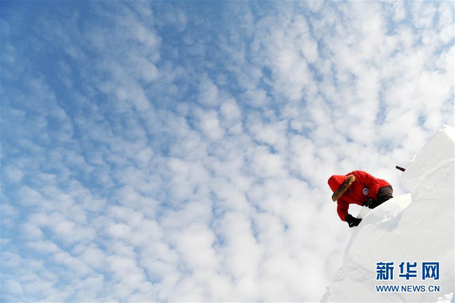 1月22日,在蓝天白云之下,参赛队员进行雪雕创作。当日,在哈尔滨太阳岛雪博会园区进行的太阳岛首届国际艺术精英雪雕邀请赛进入第二天。选手们努力创作的身影融入蓝天、阳光、白云和白雪构成的美丽画卷中。<br/>