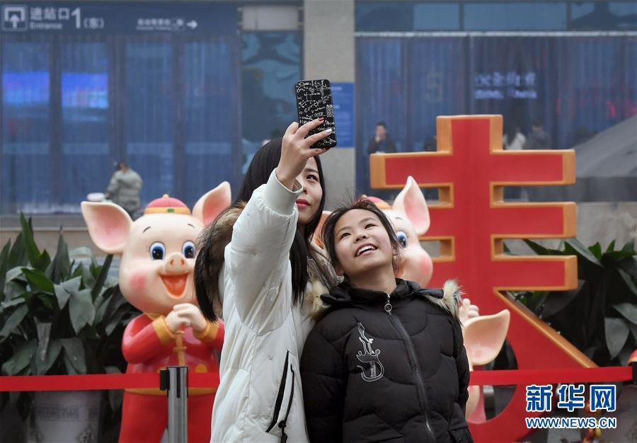 <br/>   1月30日,在郑州火车站东广场,旅客在一处春节景观前自拍。