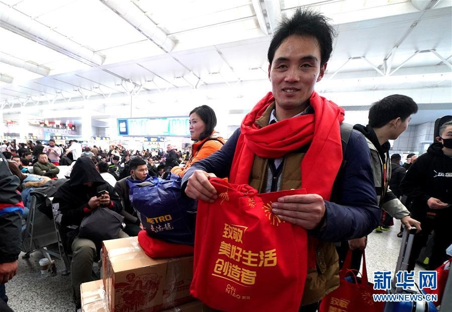 지난 30일, 택배 기사 장이하오(張義好, 앞) 씨가 상하이 훙차오(虹橋)역에서 열차를 기다리고 있다. [촬영: 신화사 천페이(陳飛) 기자]<br/>