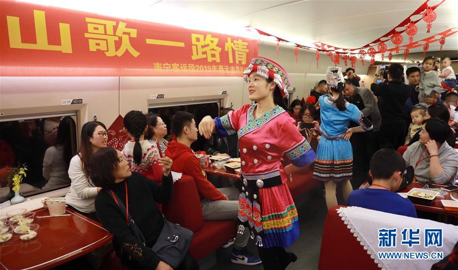 <br/>   2月1日,南宁客运段职工在G529次列车上表演节目。<br/>