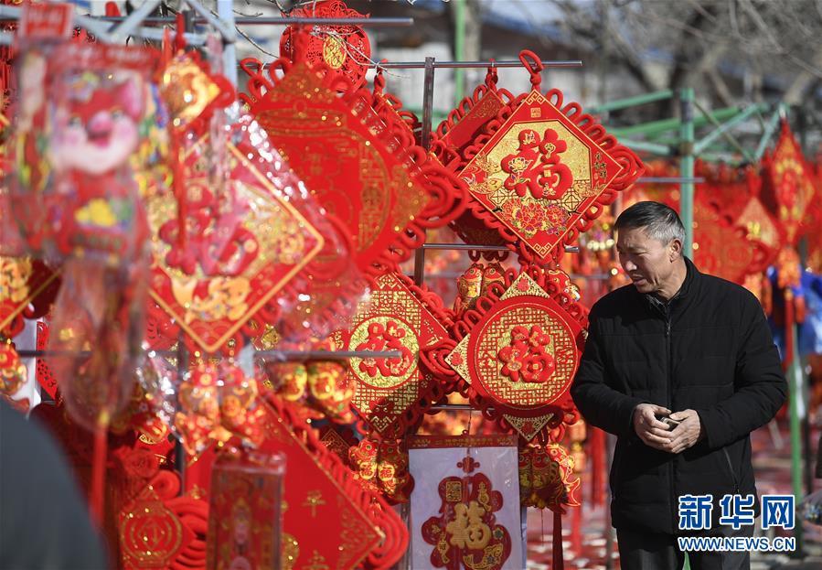 <br/>   <br/>  2월1일, 허난현(賀蘭縣) 주민들이 시장에서 춘제(春節, 중국 새해) 장식품을 고르고 있다.<br/>  춘제가 다가오면서 닝샤(寧夏) 인촨시(銀川市) 허난현 춘제시장은 북적거리기 시작했으며 사람들은 춘제 맞이 용품 구매에 여념이 없었다.<br/>