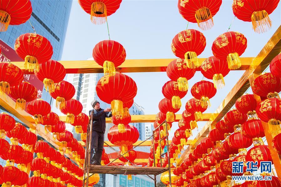 <br/>   <br/>  1日、河北省邯鄲市のショッピングモールの入り口でちょうちんを飾る作業員。(邯鄲=新華社配信/喬海竜)<br/>  春節(旧正月)を目前に、中国各地でちょうちんが飾られ、新年を迎えるおめでたい雰囲気が広がった。<br/>
