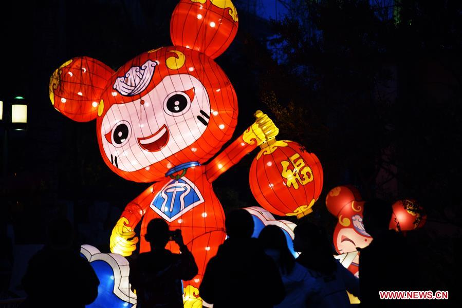 Tourists view lanterns during the 40th Baotu Spring lantern fair in Jinan, east China's Shandong Province, Feb. 5, 2019, the first day of Chinese Lunar New Year. (Xinhua/Wang Kai)<br/>