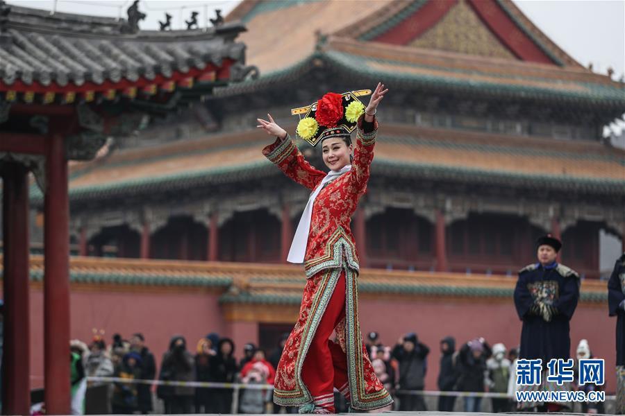2월 6일, 배우들이 랴오닝(遼寧) 선양(瀋陽)고궁박물원에서 공연하고 있다.