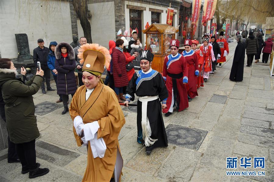 2월 6일, 산둥지난 바이화저우 역사문화거리에서 국가 무형문화유산인 &amp;lsquo;주이즈시&amp;rsquo;배우들이 전통복장 차림으로 퍼레이드를 펼치고 있다. <br/>