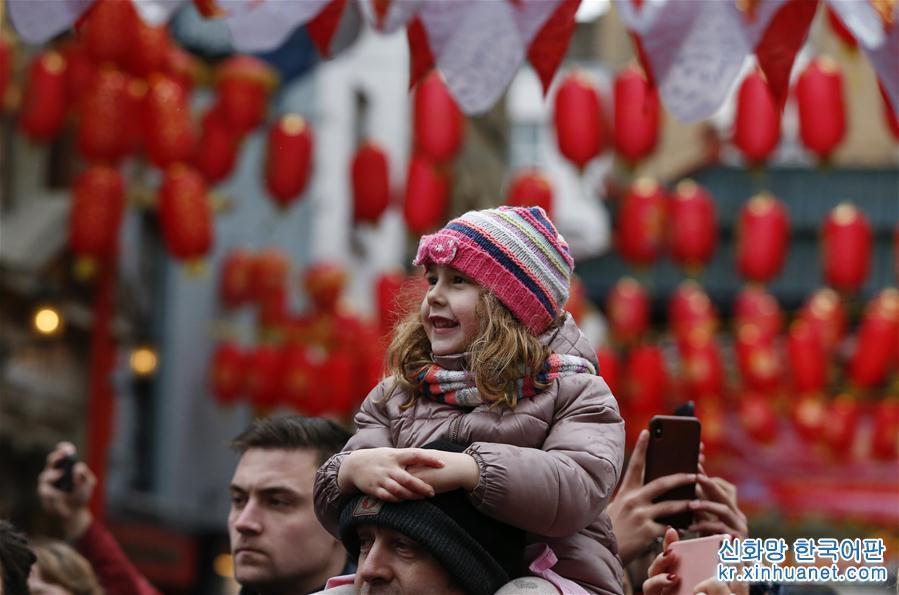 2월 10일, 여자 아이 한명이 영국 런던에서 춘제(春節, 중국의 설) 퍼레이드를 구경하고 있다. 당일, 런던에서 춘제 퍼레이드가 거행되었다. 용춤&amp;middot;사자춤 공연팀 등은 트라팔가광장에서 출발해 차이나타운 방향으로 행진했다. 그들은 길 옆 관중들과 인터렉션 하면서 함께 중국의 음력 새해를 축하했다. [촬영/ 신화사 기자 한옌(韓岩)]<br/>