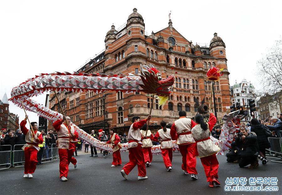 2월 10일, 런던에서 춘제 퍼레이드가 거행되었다. 용춤·사자춤 공연팀 등은 트라팔가광장에서 출발해 차이나타운 방향으로 행진했다. 그들은 길 옆 관중들과 인터렉션 하면서 함께 중국의 음력 새해를 축하했다. [촬영/ 신화사 기자 한옌(韓岩)]