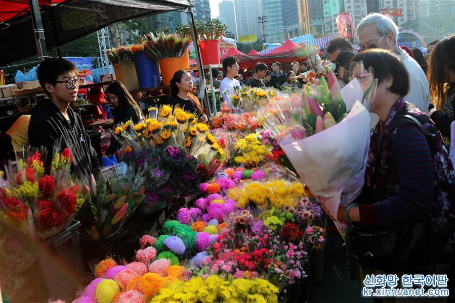 2월 2일, 사람들이 홍콩 빅토리아공원에 설치된 녠샤오(年宵,음력설 전에서 정월 보름까지)꽃시장에서 꽃을 사고 있다. 춘제(春節, 중국의 설)가 다가오자 홍콩의 각 녠샤오꽃시장은 점점 더 활기넘쳤다. 사람들은 꽃시장을 찾아 꽃구경하며 쇼핑했다. [촬영/ 신화사 기자 우샤오추(吴曉初)]<br/>