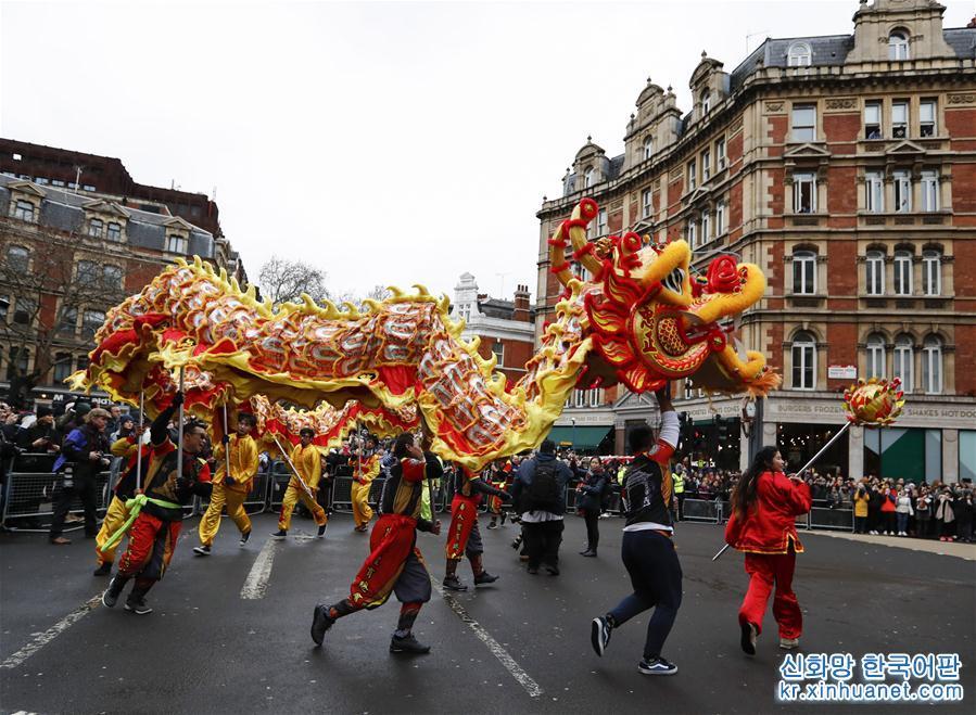 2월 10일, 런던에서 춘제 퍼레이드가 거행되었다. 용춤&amp;middot;사자춤 공연팀 등은 트라팔가광장에서 출발해 차이나타운 방향으로 행진했다. 그들은 길 옆 관중들과 인터렉션 하면서 함께 중국의 음력 새해를 축하했다. [촬영/ 신화사 기자 한옌(韓岩)]<br/>