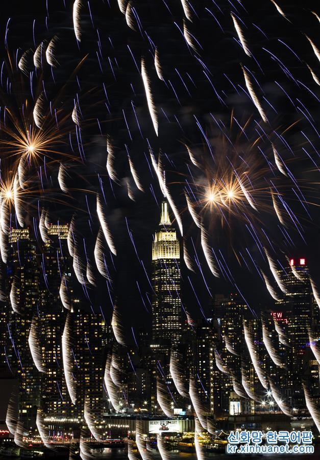 2월11일 미국 뉴욕에서 중국 음력 새해를 축하하는 화려한 불꽃놀이가 펼쳐져 허드슨강 상공을 수놓았다. [촬영/신화사 기자 왕잉(王迎)]<br/>