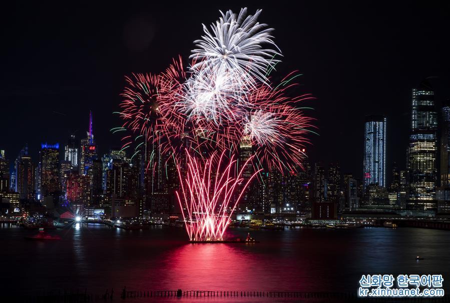 2월11일 저녁, 미국 뉴욕 허드슨강 상공에서 불꽃놀이가 펼쳐졌다. 이날 미국 뉴욕에서 중국 음력 새해를 축하하는 화려한 불꽃놀이가 펼쳐져 허드슨강 상공을 수놓았다. [촬영/신화사 기자 왕잉(王迎)]<br/>