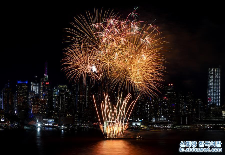 2월11일 미국 뉴욕에서 중국 음력 새해를 축하하는 화려한 불꽃놀이가 펼쳐져 허드슨강 상공을 수놓았다. [촬영/신화사 기자 왕잉(王迎)]