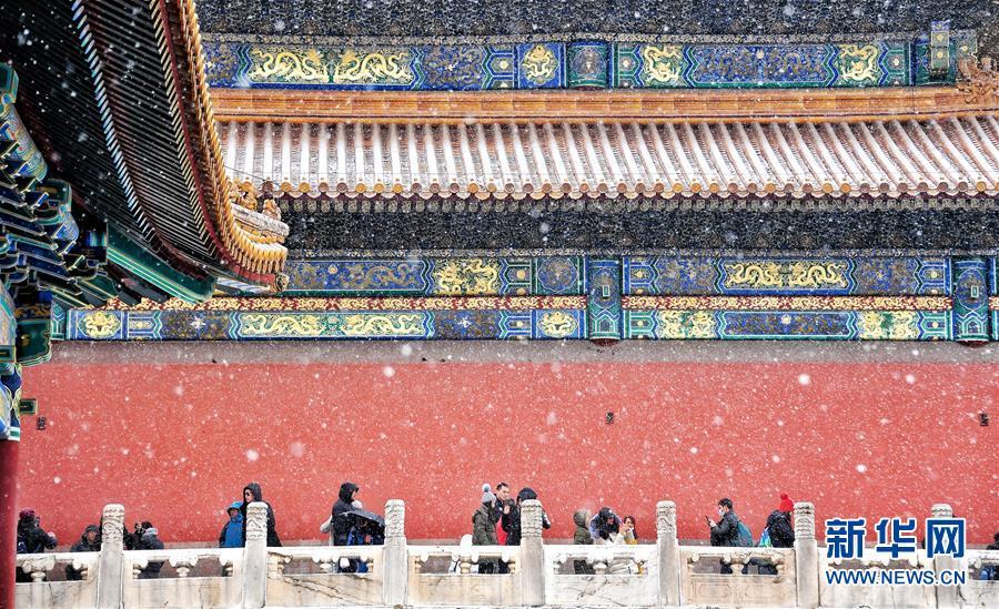 <br/>   2月14日,游客在雪中游览北京故宫。新华社记者 李欣 摄