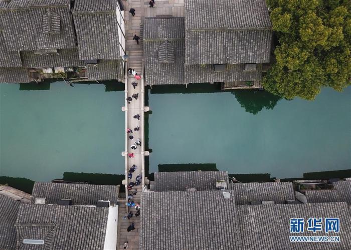 2월 25일, 오진(烏鎭)을 관광하는 모습입니다. 기온이 높아지면서 절강성(浙江省) 동향시(桐鄕市) 오진 풍경구에는 봄날의 기운이 태동하고 있습니다.<br/>
