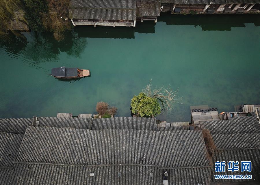 <br/>   2月25日,游人在乌镇景区内乘船观光(无人机拍摄)。<br/>