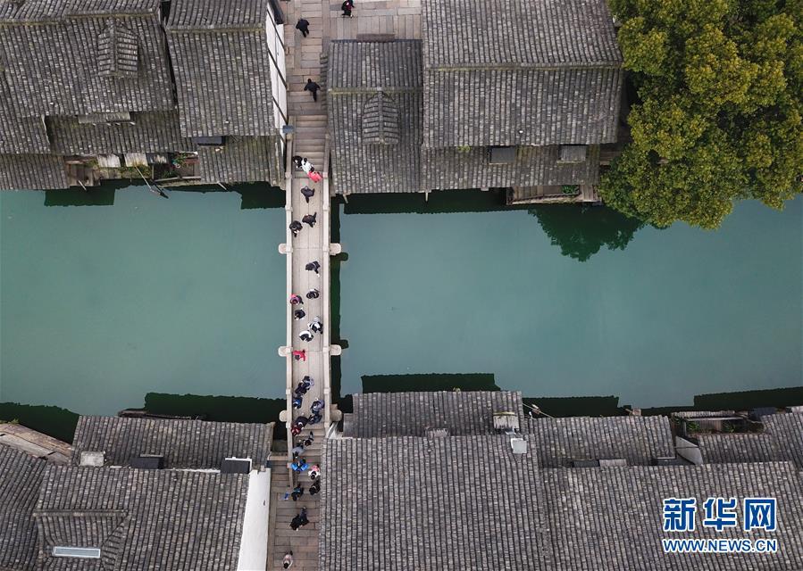 2月25日,游人在乌镇游览观光(无人机拍摄)。 随着气温升高,浙江省桐乡市乌镇景区春意萌动。<br/>