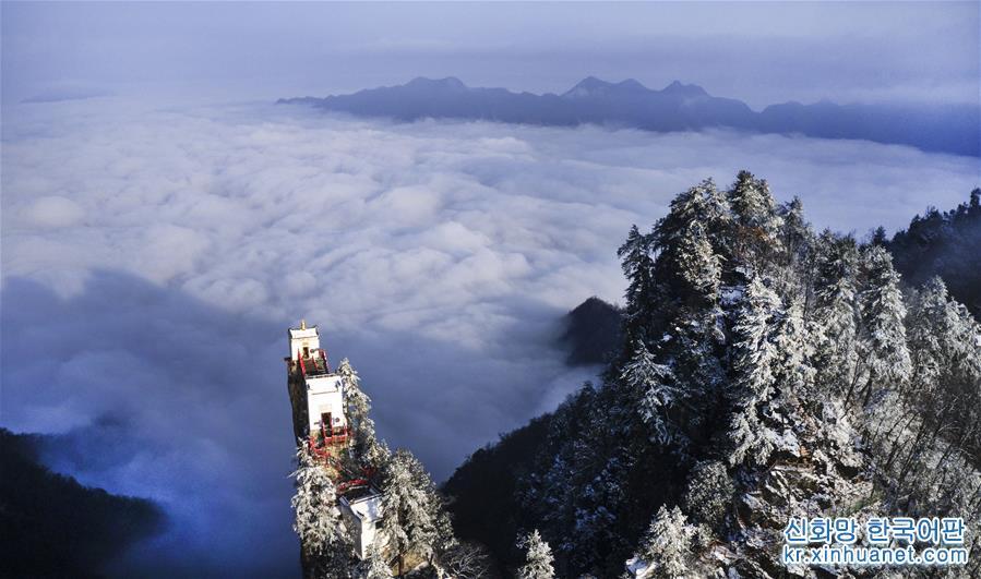 친링(秦嶺) 깊은 곳에 있는 타윈산에 눈이 그치자 운해가 피어오르면서 장관을 이루었다. 산시(陝西)성 전안(鎮安)현 차이핑(柴平)진에 있는 타윈산 주봉 위의 고대 건축물은 명나라 정덕 연간에 세워졌다. 금정관음전은 타윈산 정상 위에 있다. 멀리서 바라보면 운무와 산, 금정관음전이 어우러져 장관을 이룬다. [촬영/신화사 기자 타오밍(陶明)]<br/>