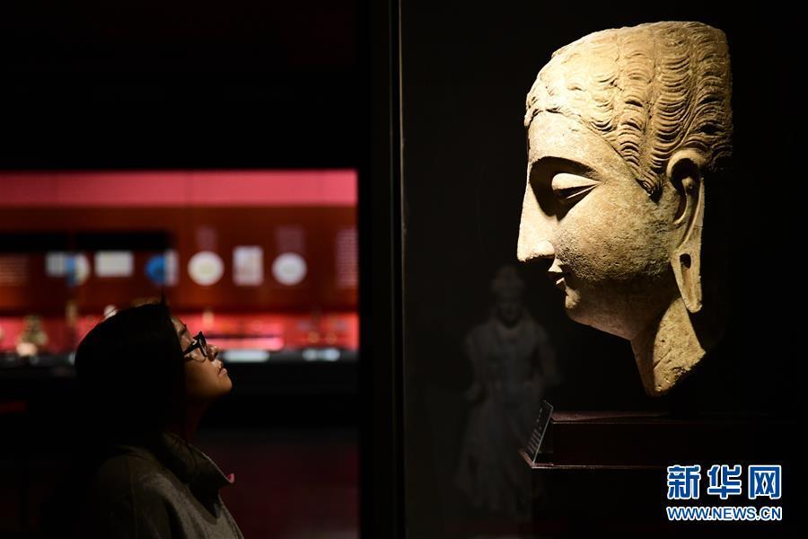 <br/>   3月5日,观众在陕西历史博物馆观看&amp;ldquo;平山郁夫的丝路艺术世界&amp;rdquo;展览。<br/>