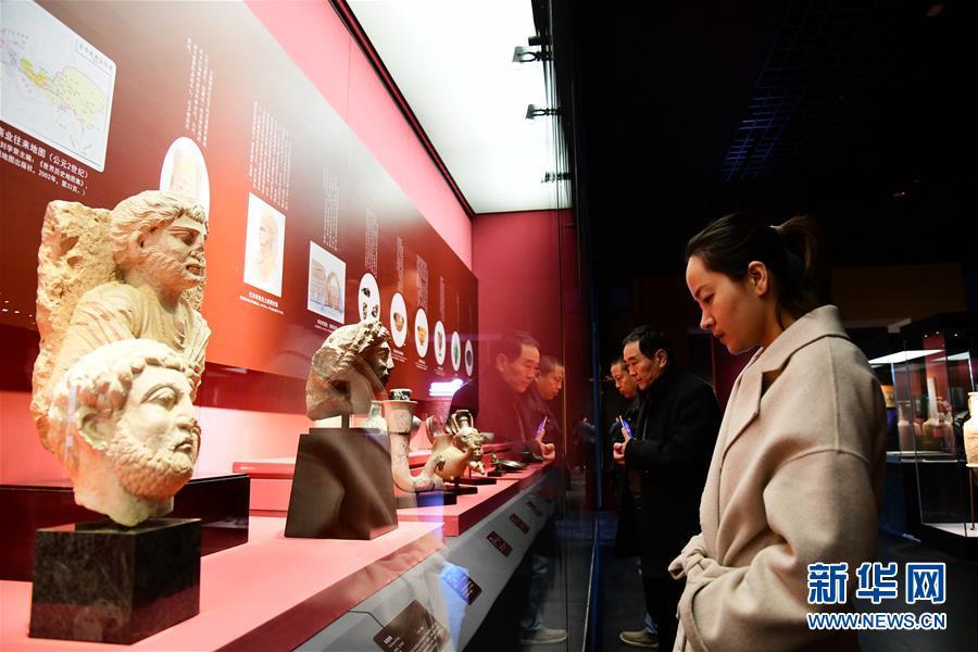 <br/>   3月5日,观众在陕西历史博物馆观看&amp;ldquo;平山郁夫的丝路艺术世界&amp;rdquo;展览。
