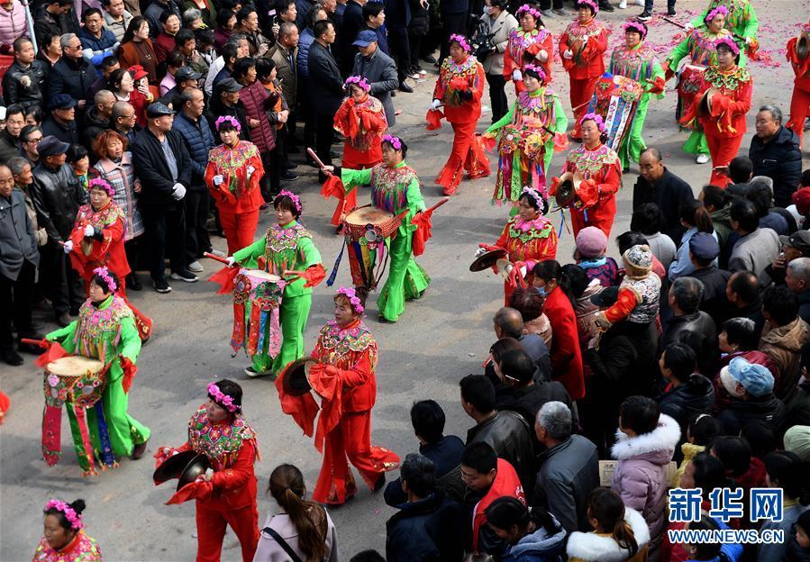 3月7日,在阿寿村赛花馍活动现场,村民在进行花苫鼓表演。 当日,陕西省大荔县羌白镇阿寿村举行一年一度的赛花馍活动。花馍俗称面花,陕西关中地区每到年节都会制作花馍。如今的花馍,不但承载着人们对美好生活的向往,还成为当地群众发展经济的一项产业。<br/>