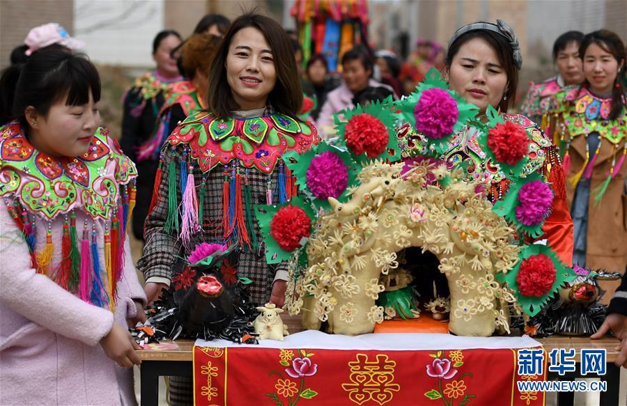 <br/>   3月7日,在阿寿村赛花馍活动现场,村民将花馍送往评比场地。