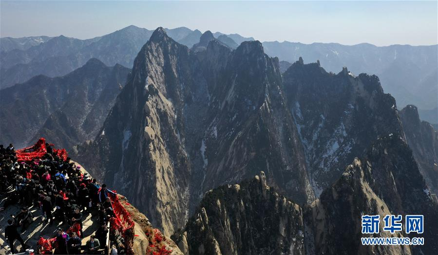 3月9日,游人在华山南峰游览(无人机拍摄)。 随着气温回升,陕西著名风景区华山进入旅游旺季。<br/>