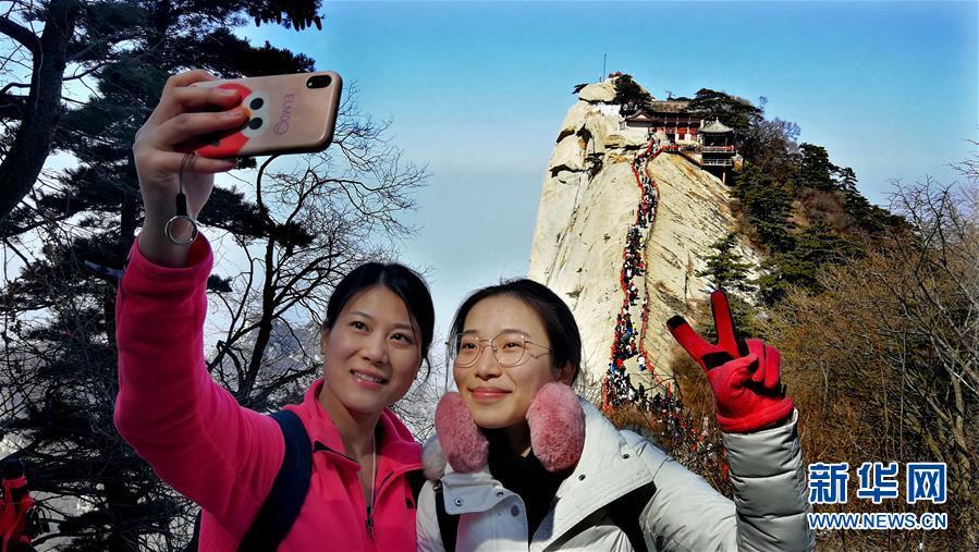 <br/>   3月9日,游人在华山游览拍照。 随着气温回升,陕西著名风景区华山进入旅游旺季。