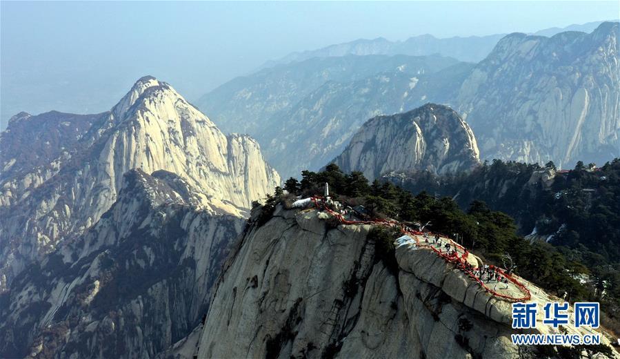 <br/>   3月9日,游人在华山西峰游览(无人机拍摄)。 随着气温回升,陕西著名风景区华山进入旅游旺季。<br/>