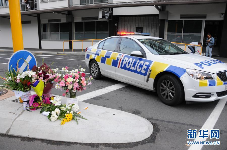 3月16日,在新西兰克赖斯特彻奇市,人们为枪击案遇难者献的花束摆放在封锁线附近。新西兰南岛克赖斯特彻奇市15日下午发生一起枪击案,造成49人死亡、40余人入院接受治疗。 新华社记者卢怀谦摄<br/>