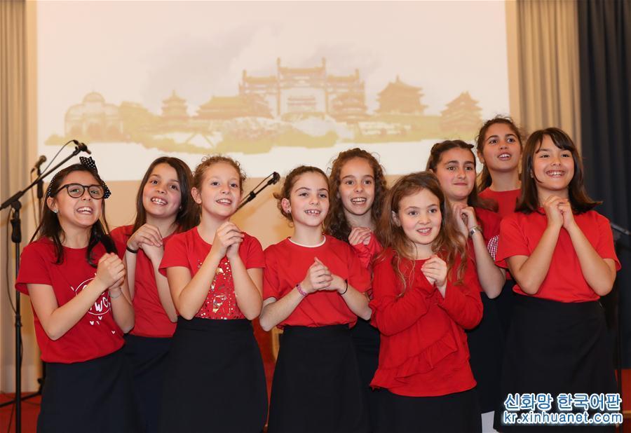 봄빛으로 완연한 춘삼월 중국 외교가 또 다시 새로운 장을 쓴다. 시진핑 국가주석이 3월21일부터 26일까지 이탈리아, 모나코, 프랑스를 국빈 방문한다. 2018년 2월 8일, 이탈리아 라치오에 있는 티볼리국립기숙학교에서 열린 중국 춘제 축하 행사에서 학생들이 새해 인사를 하고 있다. [촬영/신화사 기자 청팅팅(程婷婷)]<br/>