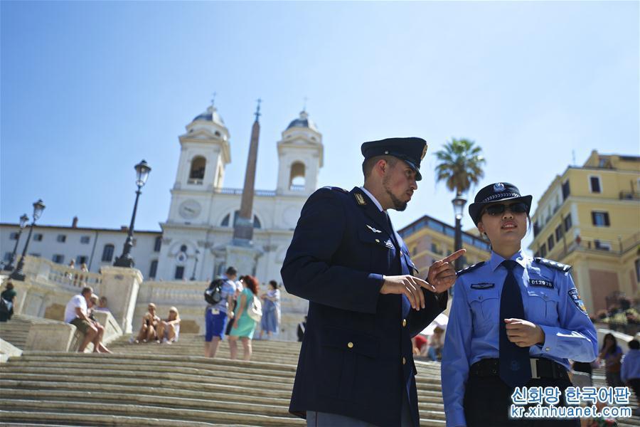 2017년 6월 5일, 중국과 이탈리아 경찰들이 이탈리아 로마의 스페인 광장에서 합동 순찰을 하고 있다. [촬영/신화사 기자 진위(金宇)]<br/>