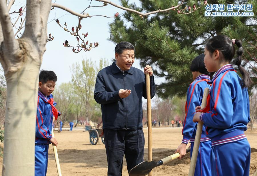 소선대원과 함께 있는 시진핑. [촬영/ 신화사 기자 쥐펑(鞠鵬)]