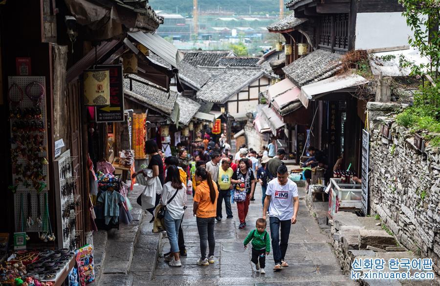 따스한 봄날, 울울창창 봄기운 완연한 구이저우(貴州)성 구이양시 칭옌고진 관광구에 수많은 유람객이 찾아왔다. [촬영/ 신화사 기자 타오량(陶亮)]