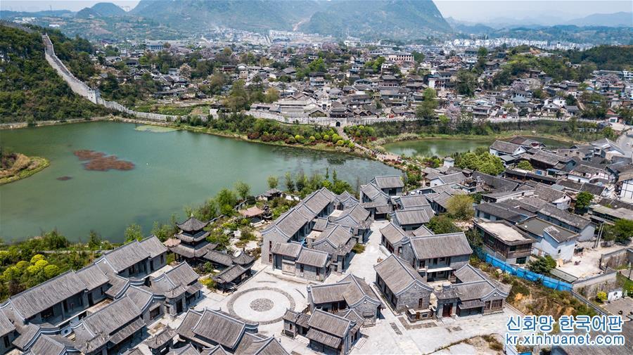 따스한 봄날, 울울창창 봄기운 완연한 구이저우(貴州)성 구이양시 칭옌고진 관광구에 수많은 유람객이 찾아왔다. [촬영/ 신화사 기자 타오량(陶亮)]<br/>