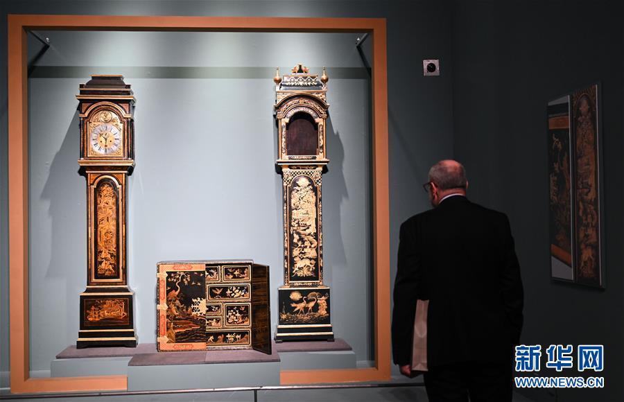 4월 11일, 관람객이 폴란드 국가박물관이 소장한 괘종시계를 구경하고 있다. [촬영/신화사 진량콰이(金良快) 기자]