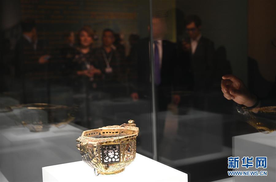 4월 11일, 관람객들이 루마니아 국가역사박물관이 소장한 문화재를 구경하고 있다. [촬영/신화사 진량콰이(金良快) 기자<br/>