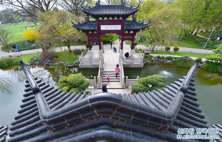 독일 만하임시 루이젠파크 안에 있는, 2001년에 준공한 중국 원림 '다경원'은 부지면적이 약 6,000m², 건축면적은 약 1,500m², 현재 유럽에서 가장 완전한 중국 고전 원림 건축군 중 하나이고 중국 원림의 풍부한 문화적 함의를 구현했다. 2019년 중국 베이징세계원예박람회가 4월에서 10월까지 열리게 된다. 약 110개 국가와 국제기구, 120여개 비관영 전시업체가 이번 박람회에 참여하게 되어 세계원예박람회 사상 최다 전시기록을 경신했다. [촬영/ 신화사 기자 루양(逯陽)]