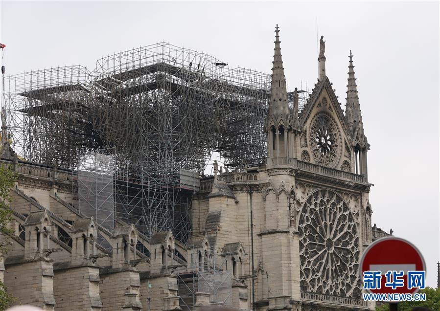 这是4月16日在法国巴黎拍摄的火灾后的巴黎圣母院。 4月15日18时左右,巴黎圣母院突发火灾。随后数小时内,大约500名消防队员动用数十辆消防车及大量灭火设备实施灭火行动。16日上午10时,大火被全部扑灭。巴黎圣母院的屋顶和塔尖被烧毁,但主体建筑得以保存,圣母院中的主要文物&ldquo;耶稣荆棘冠&rdquo;和&ldquo;圣路易祭服&rdquo;等也没有受损。火灾目前进入调查和损失评估阶段。<br/>