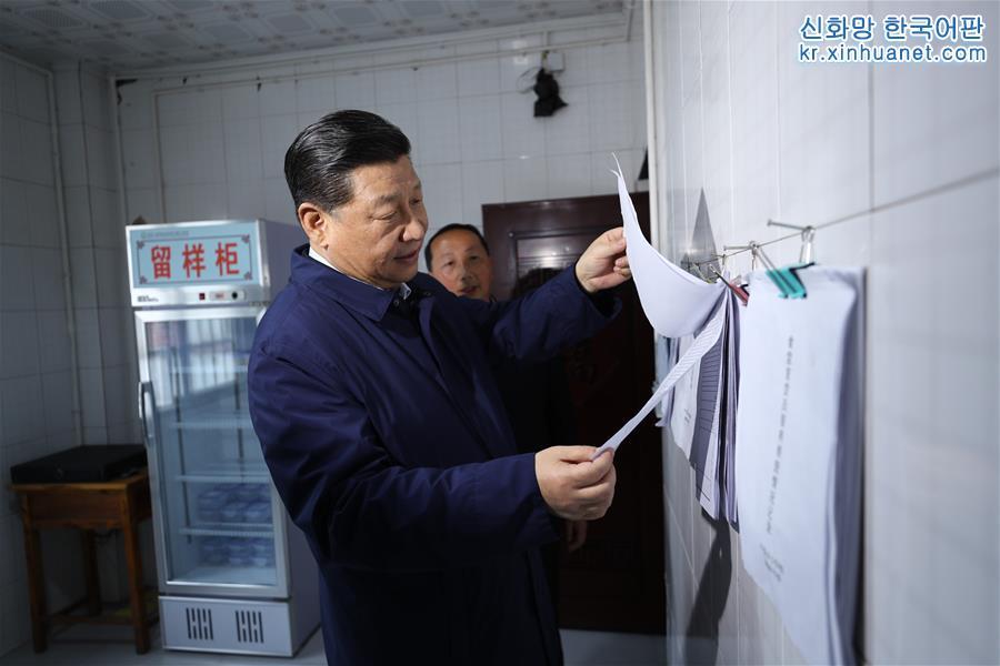 시진핑 주석이 스주 투자족자치현 중이향소학교 학생식당에서 교장동반오찬제 실시 현황을 시찰하고 있다. [촬영/ 신화사 기자 쥐펑(鞠鵬)]<br/>