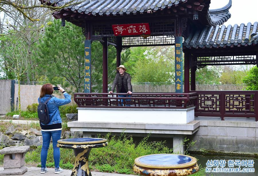 4월 13일, 유람객이 독일 만하임 &amp;lsquo;다경원(多景園, Multi view garden)&amp;rsquo;의 &amp;lsquo;낙하정(落霞亭)&amp;rsquo; 앞에서 사진을 찍고 있다. 독일 만하임시 루이젠파크 안에 있는, 2001년에 준공한 중국 원림 &amp;lsquo;다경원&amp;rsquo;은 부지면적이 약 6,000m&amp;sup2;, 건축면적은 약 1,500m&amp;sup2;, 현재 유럽에서 가장 완전한 중국 고전 원림 건축군 중 하나이고 중국 원림의 풍부한 문화적 함의를 구현했다. 2019년 중국 베이징세계원예박람회가 4월에서 10월까지 열리게 된다. 약 110개 국가와 국제기구, 120여개 비관영 전시업체가 이번 박람회에 참여하게 되어 세계원예박람회 사상 최다 전시기록을 경신했다. [촬영/ 신화사 기자 루양(逯陽)]<br/>