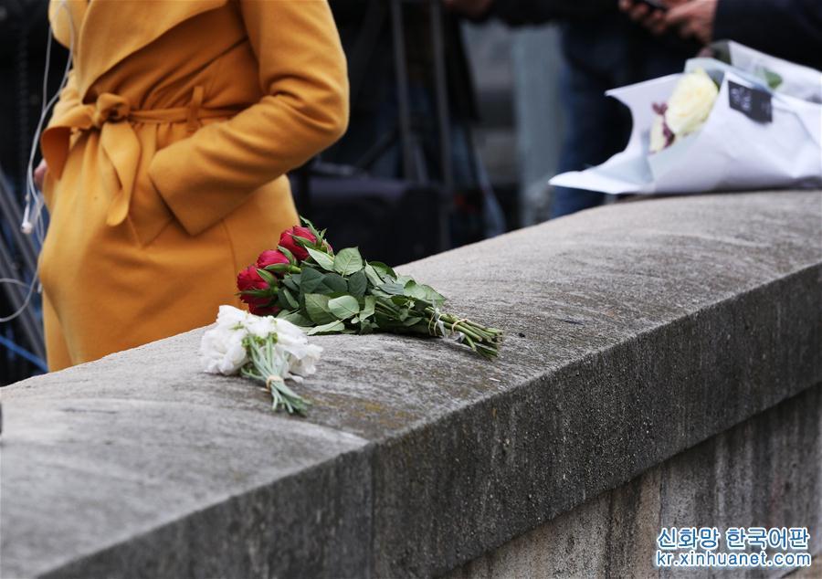 현지시간 15일 18시 경, 파리 노트르담에 갑자기 화재가 일어나 정상과 타워 꼭대기가 타버렸고 다행히 건물 메인 부분은 보존되었다. 16일 이른 아침, 상처 입은 이 '옛친구'를 보러 군중들이 끊임없이 파리 노트르담으로 몰려들었다. 어떤 사람은 꽃을 가져와 세느강 제방에 놓았고 대부분 사람은 강변에 서서 멀지 않은 곳의 노트르담 대성당을 묵묵히 지켜보았다. [촬영/ 신화사 기자 가오징(高靜)]
