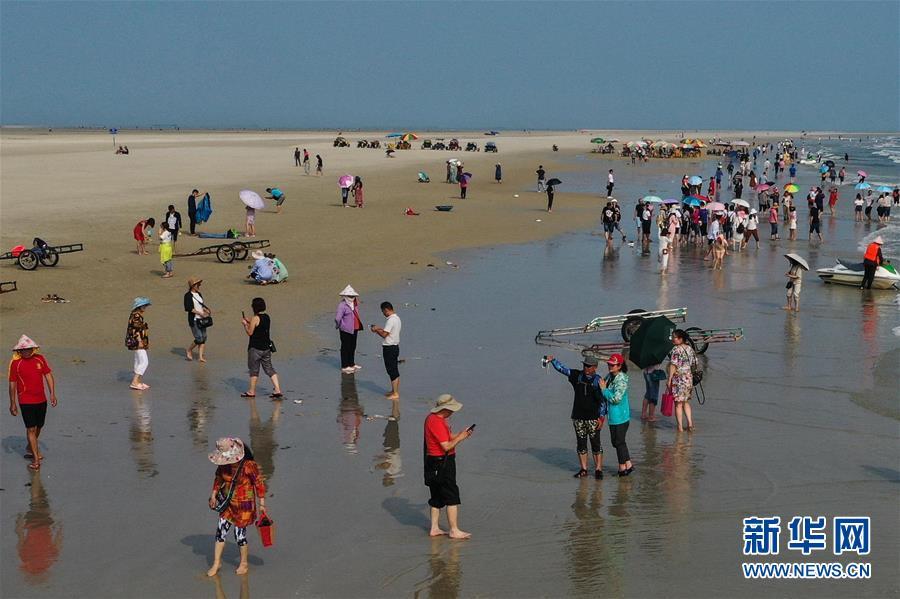<br/>   4月18日,游客在北海银滩游玩(无人机拍摄)。