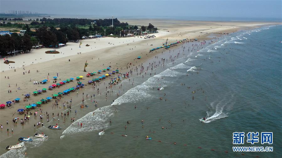 <br/>   4月18日,游客在北海银滩游玩(无人机拍摄)。<br/>