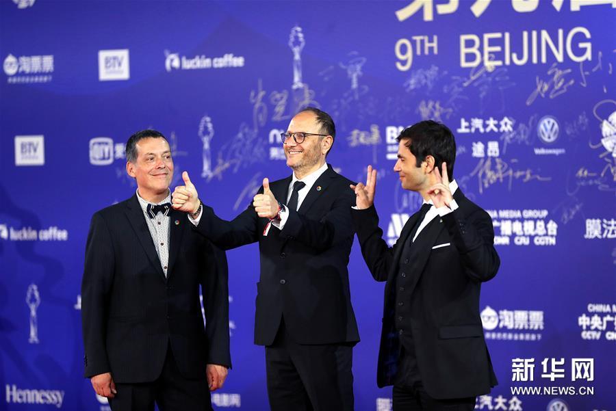 4月20日,电影《侍者》剧组成员亮相闭幕红毯。 当日,第九届北京国际电影节在北京怀柔国家中影数字制作基地闭幕。 新华社记者 孟永民 摄<br/>